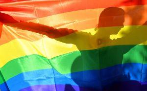 ativista-ucraniano-agita-a-bandeira-gay-durante-a-parada-do-orgulho-lgbtt-em-kiev-sergei-supinskiassociated-press