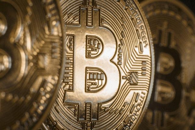 Sendo cotado no Brasil em torno de R$ 4500, o preço Bitcoin está em uma ascensão meteórica, com especialistas de mercado jurando de pés juntos que ele irá atingir o valor de US$ 1500 antes do final dessa semana.
