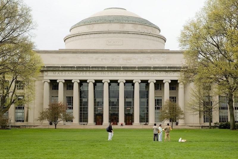 Mais de cem graduados do Massachusetts Institute of Technology (MIT) receberam diplomas digitais emitidos usando a Blockchain do Bitcoin.