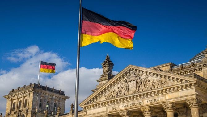 O Ministério das Finanças da Alemanha assinou um decreto reconhecendo o Bitcoin e outras criptomoedas como um meio legal de pagamento. O documento especifica que as compras feitas através de criptomoedas não serão tributadas.