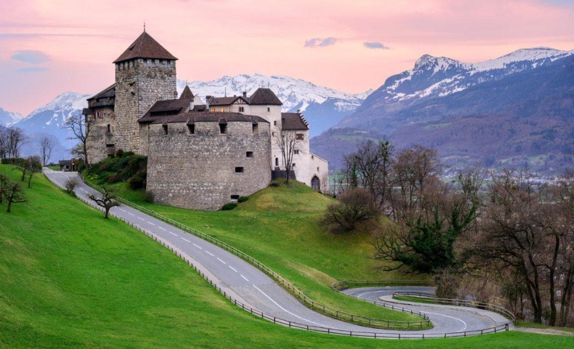 """O Bank Frick foi a primeira instituição financeira do Liechtenstein a oferecer investimentos diretos em cinco principais criptomoedas a seus clientes. Além disso, o banco oferece armazenamento """"frio"""" (off-line) de Bitcoins."""