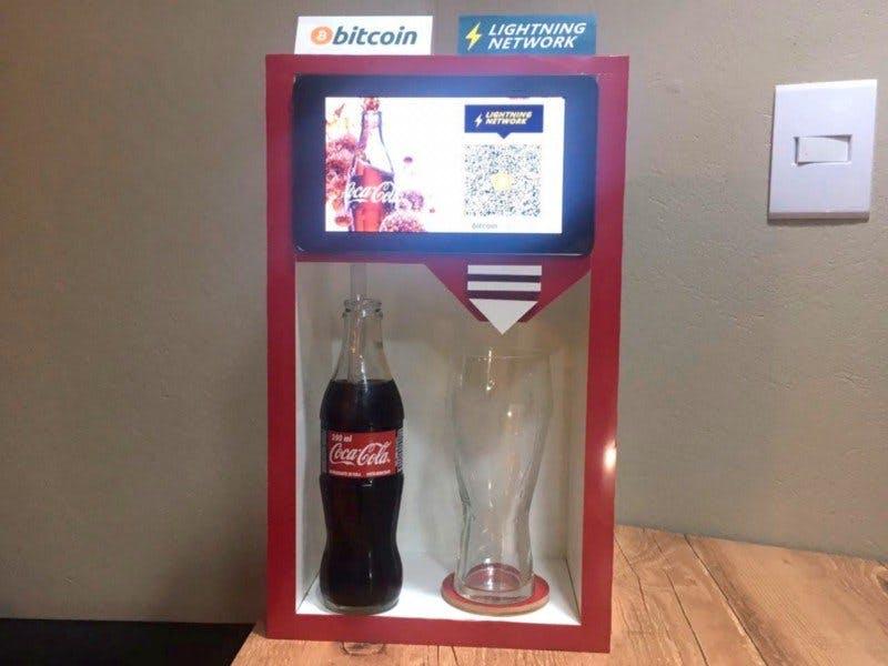 Ricardo Reis, um criptoentusiasta brasileiro, criou uma máquina de venda automática de Coca-Cola que aceita pagamentos em Bitcoin usando a solução Lightning Network (LN).